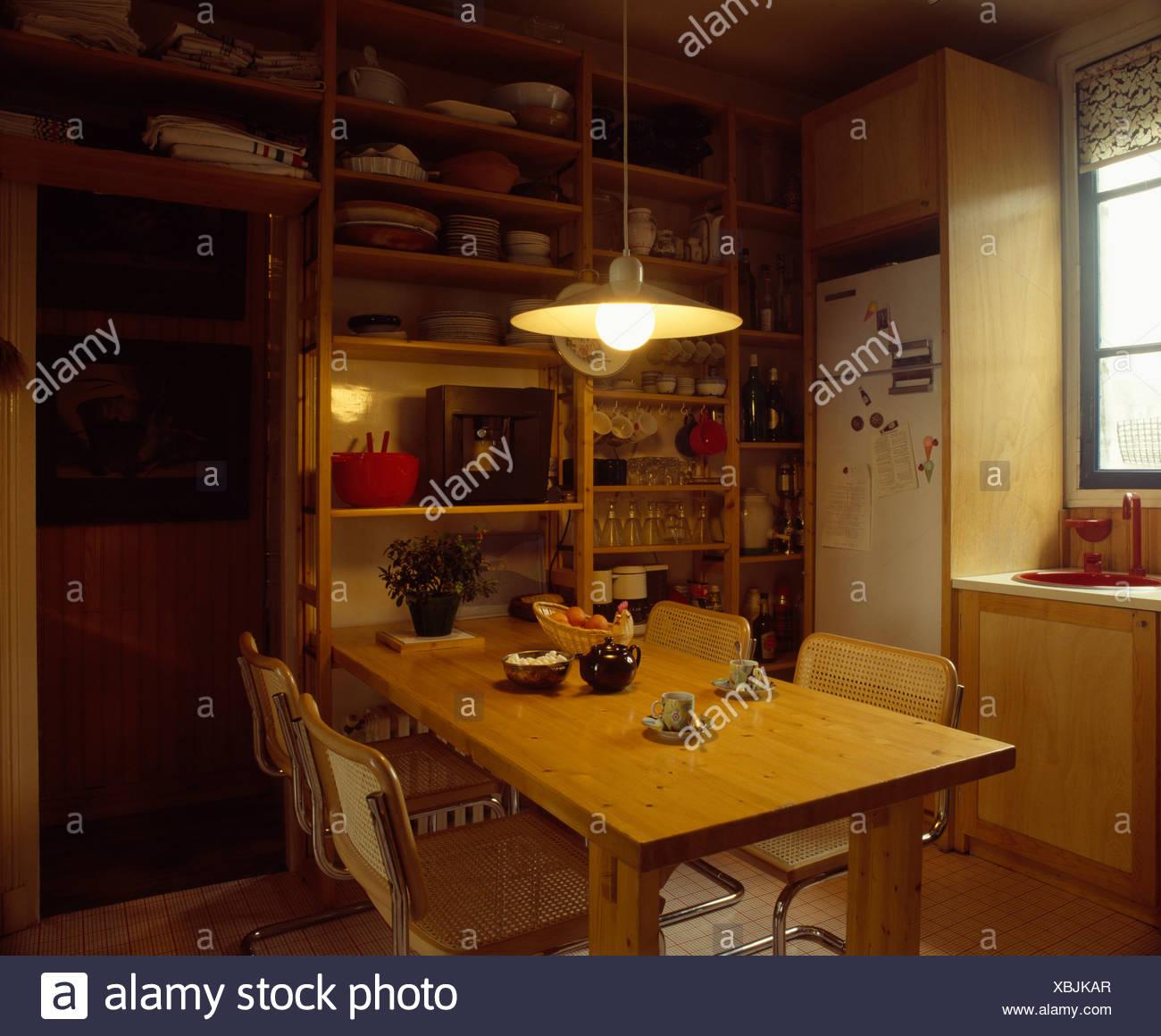 Lampe über Holztisch im 70er Jahre Küche Stockfoto, Bild: 282537439 ...