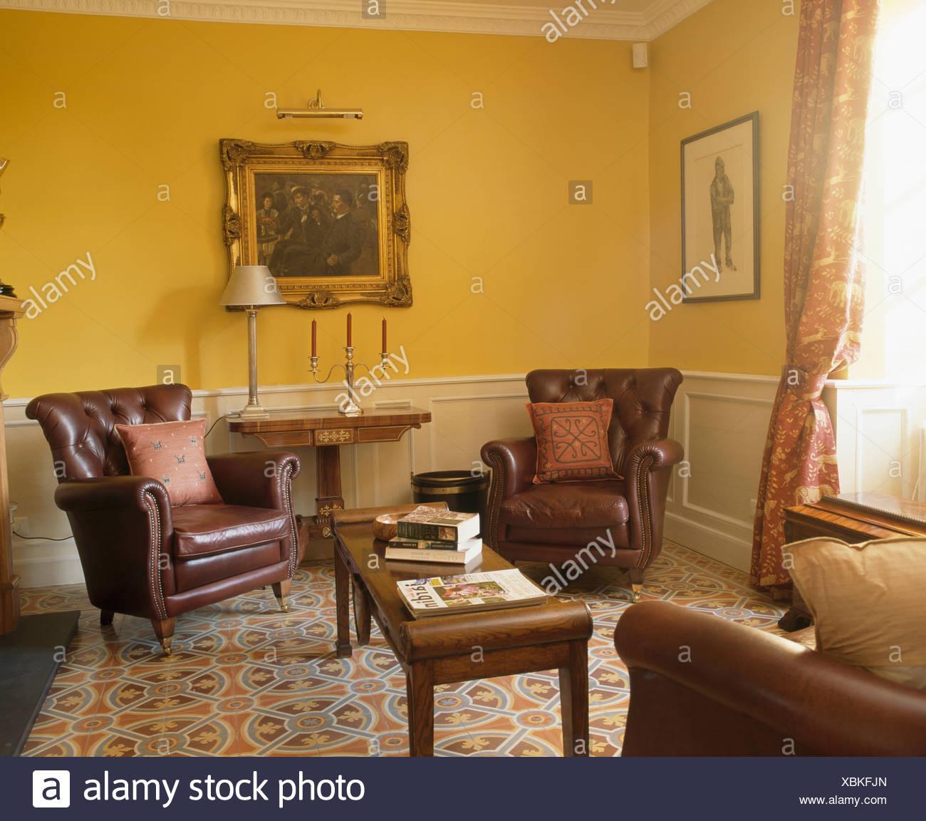 Braune Ledersessel und gemusterter Fliesenboden in gelb französische ...