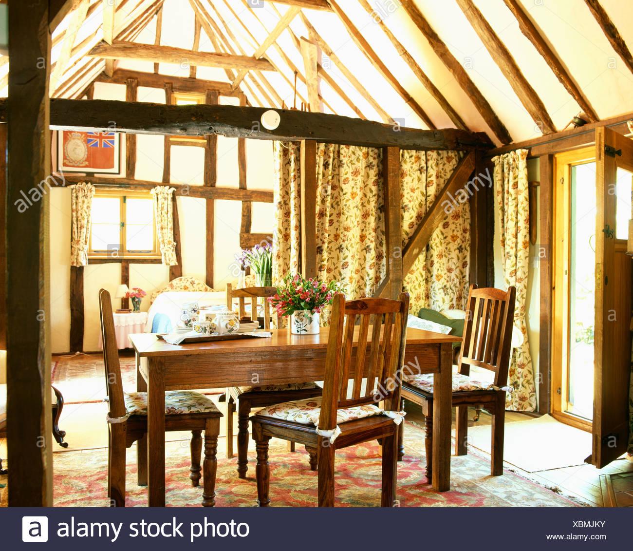 Antiker Tisch und Stühle im Speisesaal Holzbalken Land mit Apex ...