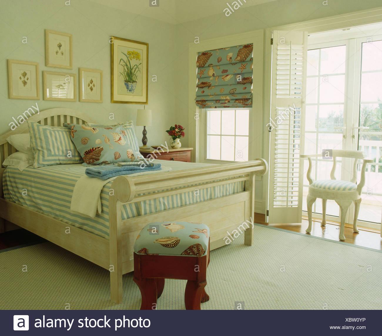 Gestreifte Blaue Abdeckung Auf Hellen Holz Bett In Bermuda
