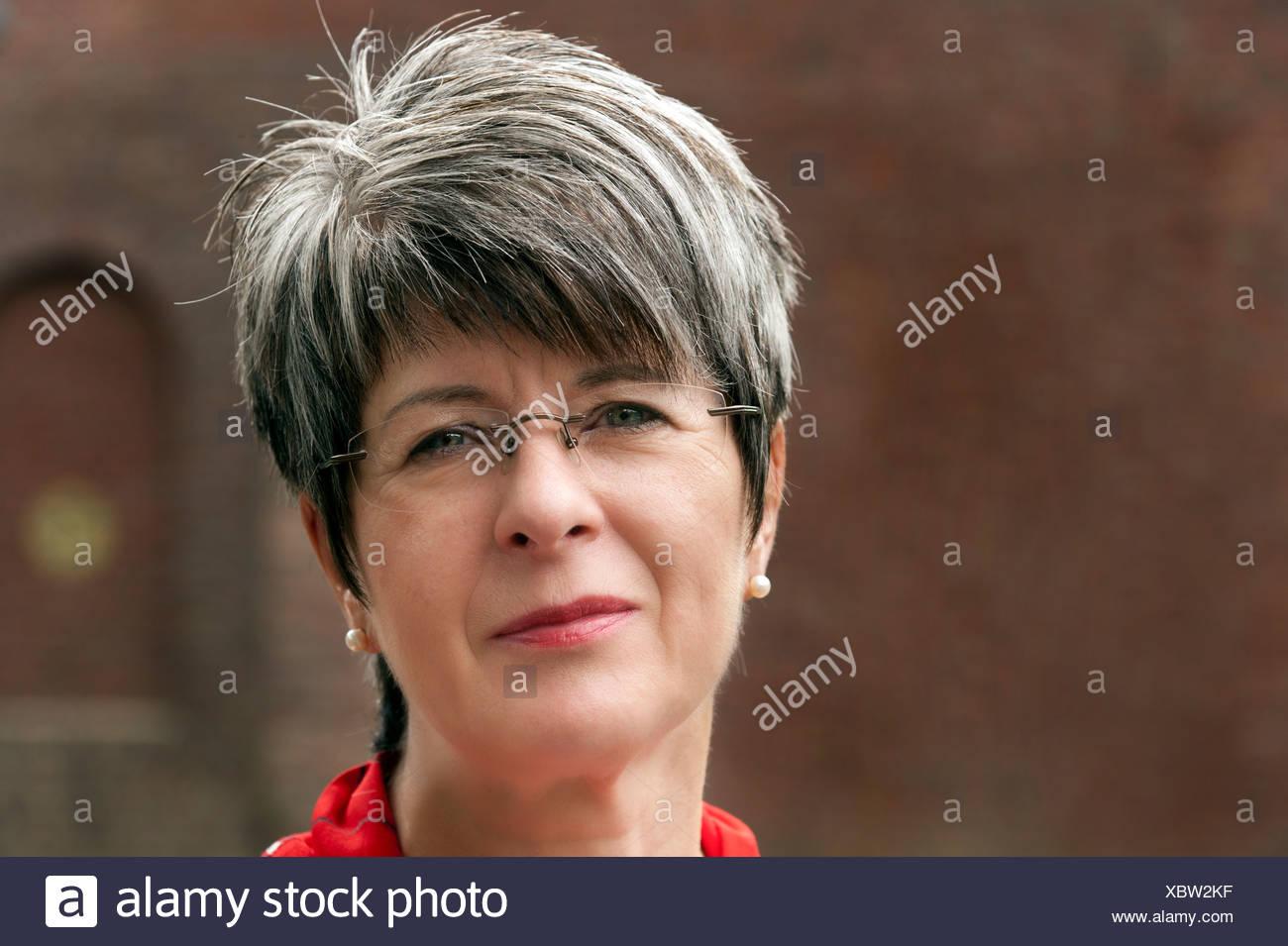 Frisuren Graue Haare Mit Brille Beliebte Jugendhaarschnitte 2019