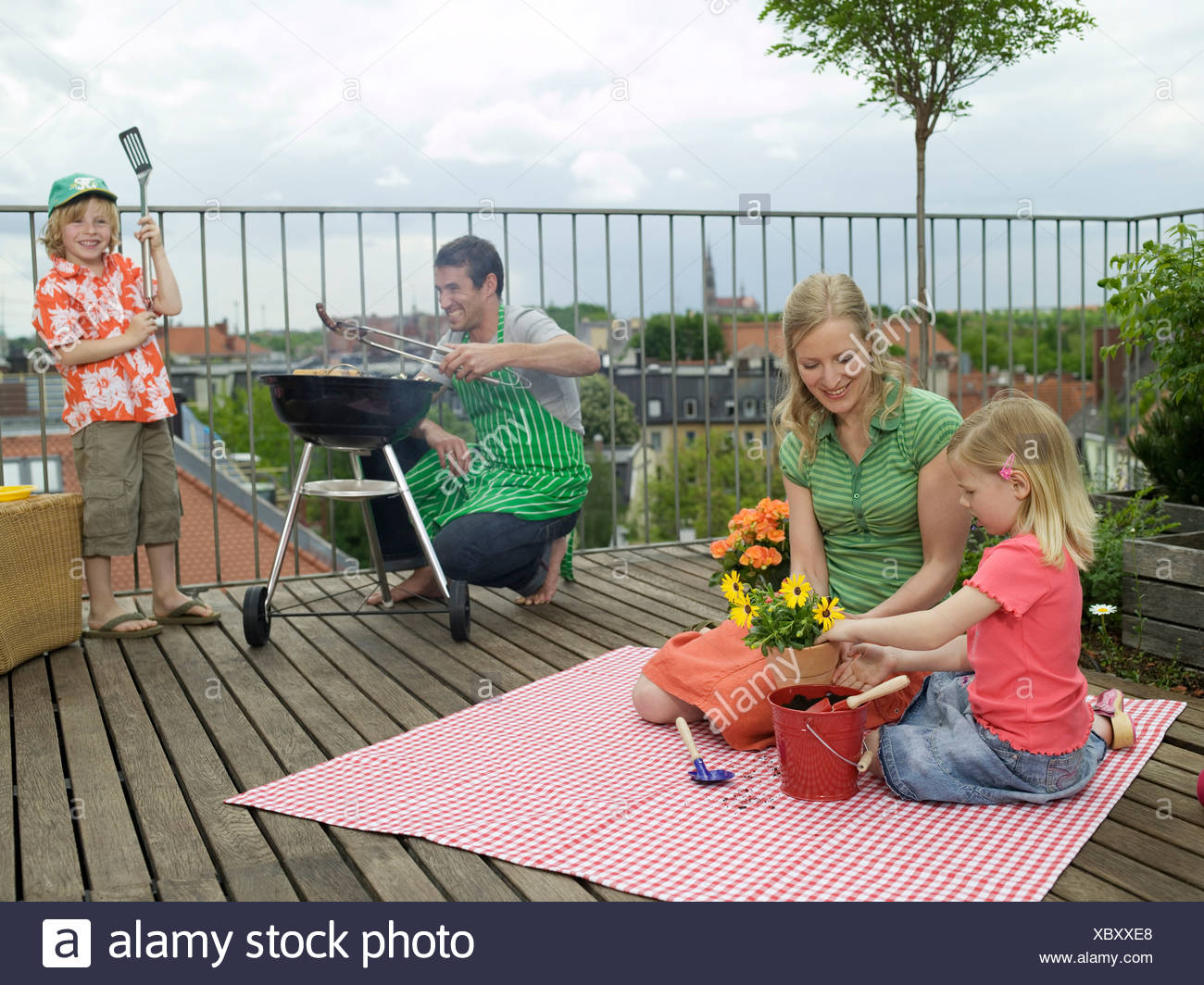 Sommerküche Zum Vorbereiten : Familie auf balkon vater grill vorbereiten stockfoto bild