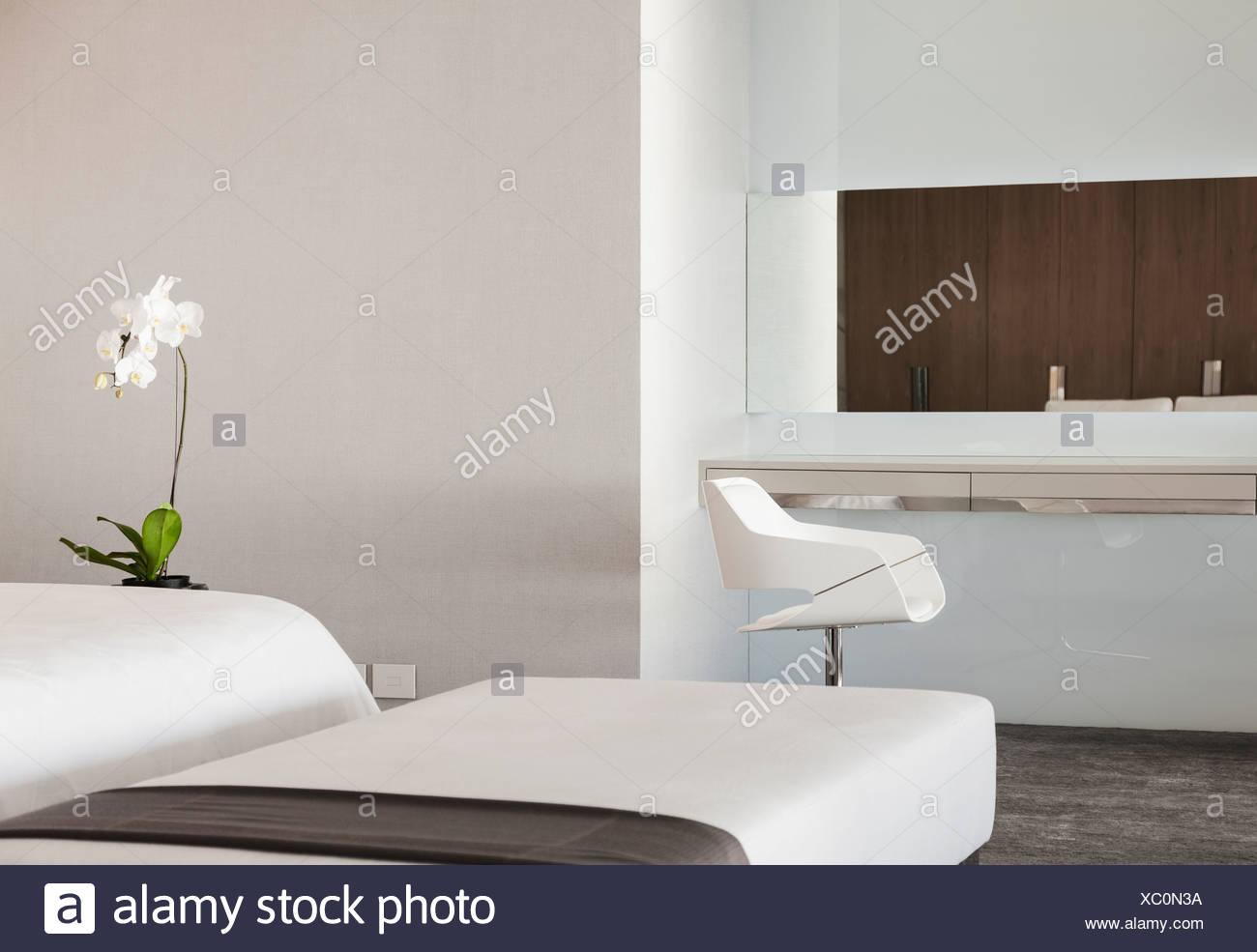 Hocker und Eitelkeit Tabelle in Luxus Schlafzimmer Stockfoto, Bild ...