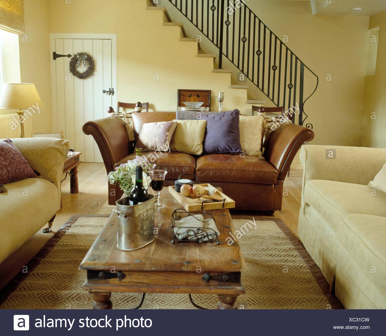 Cremefarbene Sofas mit Braune Ledercouch, um indonesische Couchtisch ...