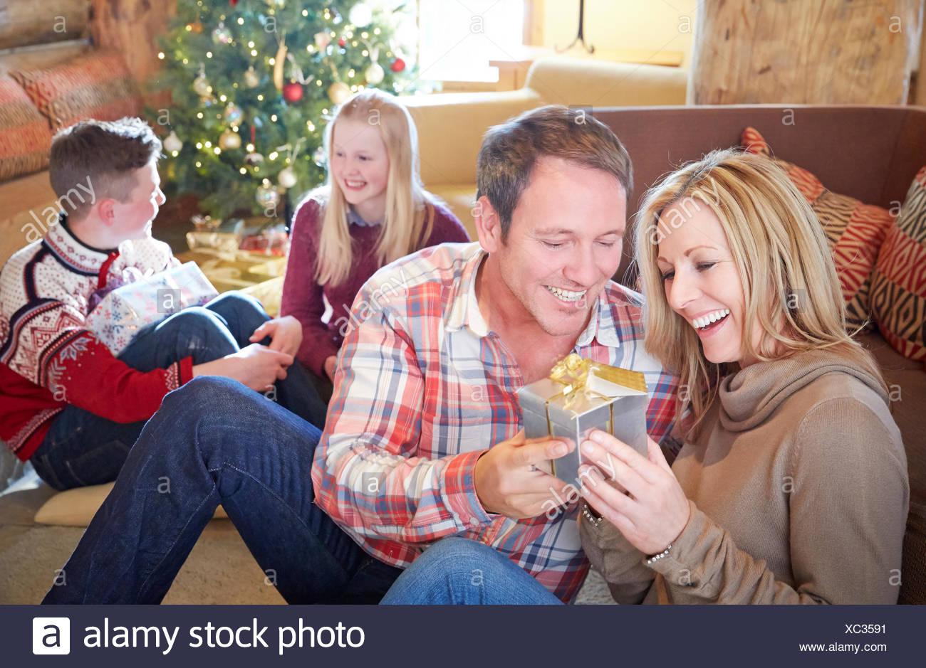 Familie Austausch von Geschenken zu Weihnachten Stockfoto, Bild ...