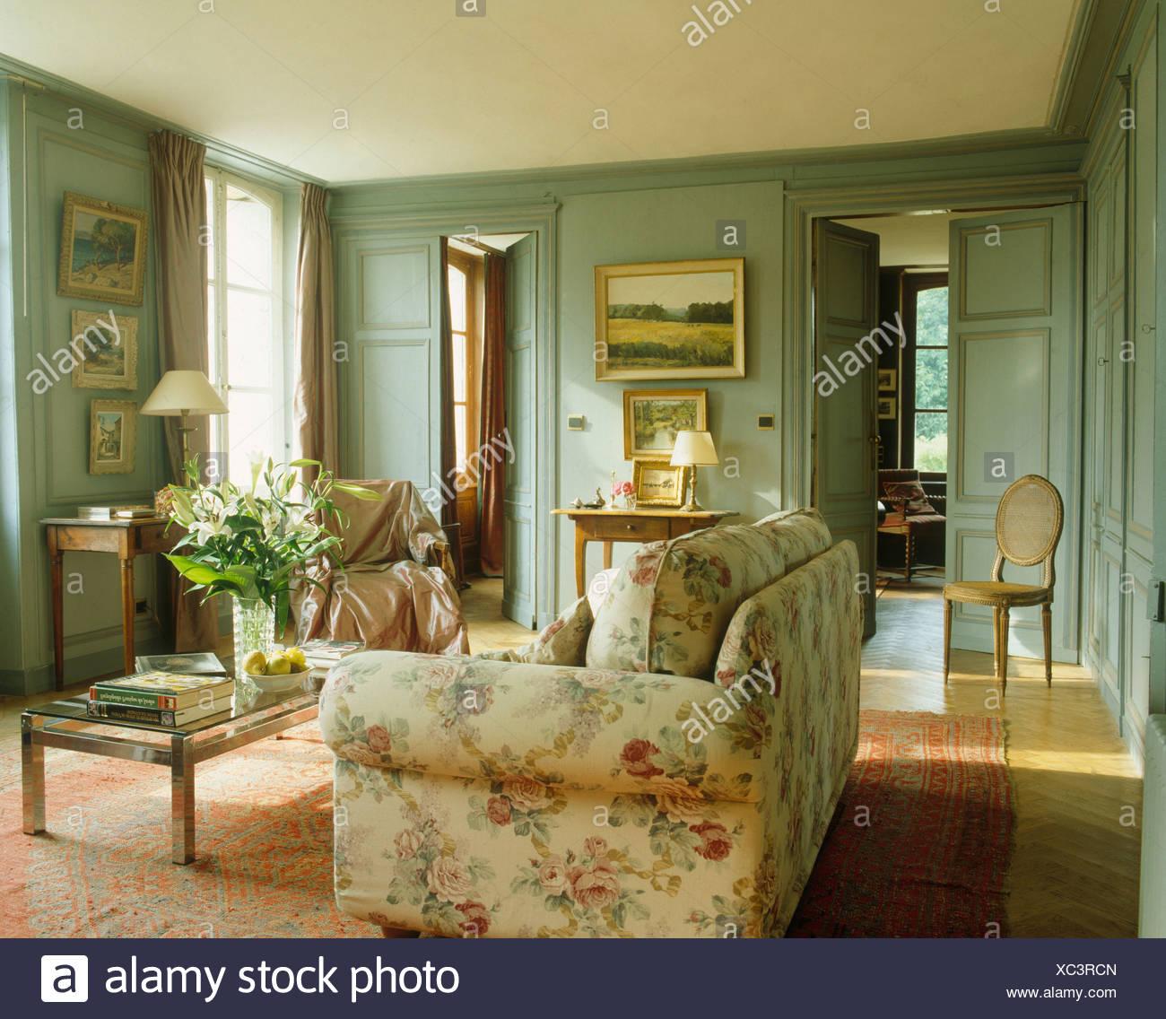 Floral Sofa im Wohnzimmer der französischen Land mit grau-grün ...