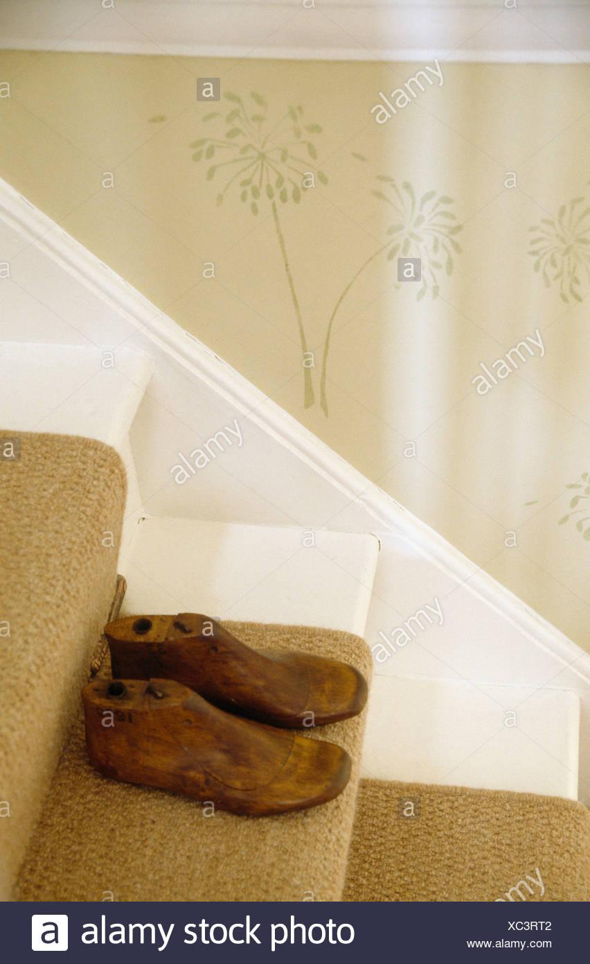 vintage holzschuh dauert auf treppen mit strukturierten creme