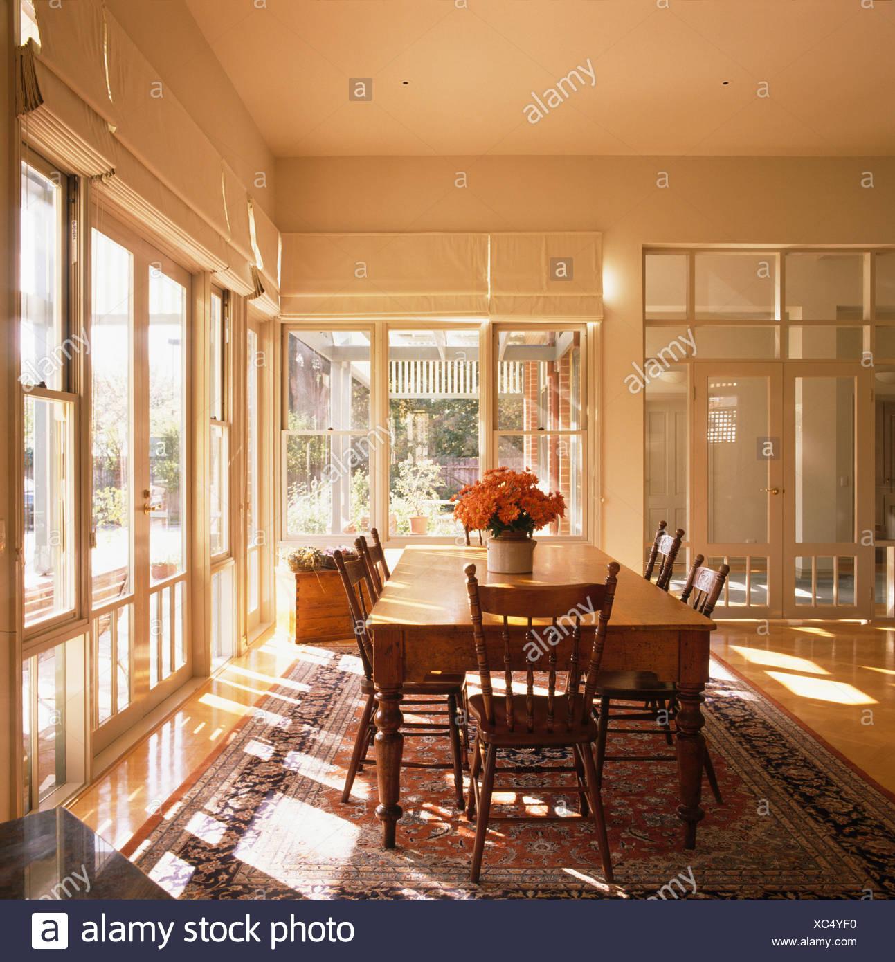 Altes Holz Tisch Und Antike Stühle In Großen Modernen Weiß Esszimmer Mit  Französischen Fenstern Und Glastüren