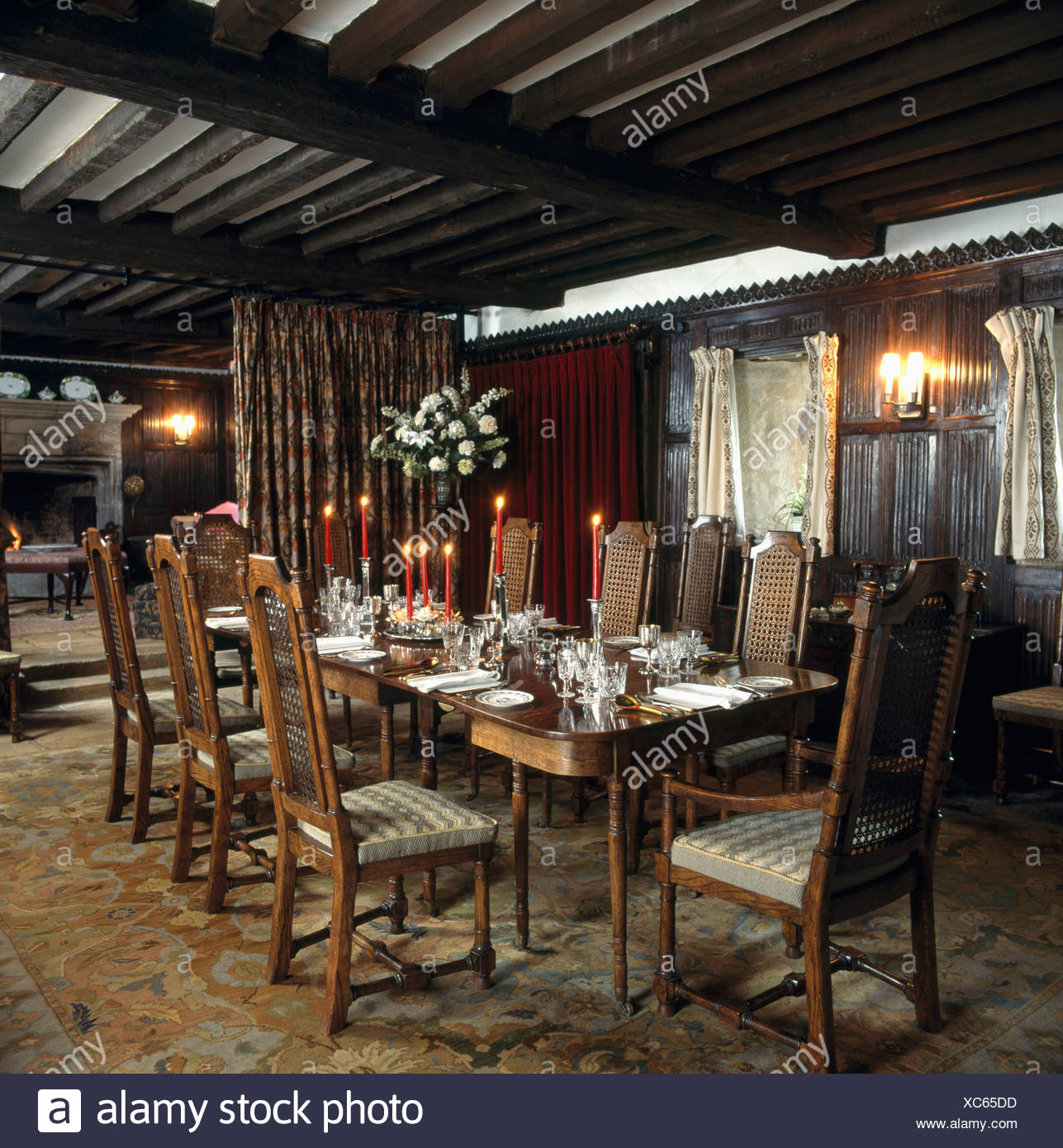 Rote Kerzen am Tisch im Land Speisesaal mit Balkendecke und antike ...