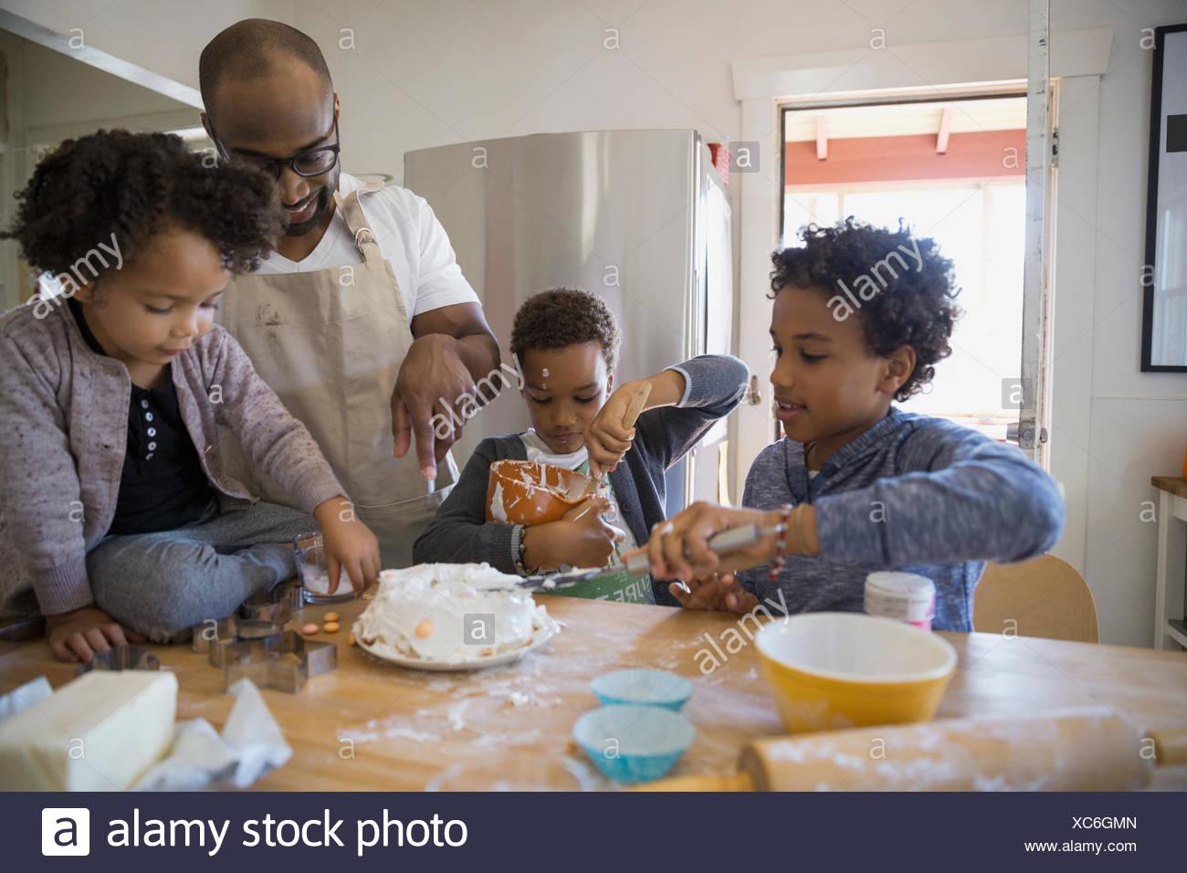 Vater Und Kinder Backen Kuchen In Kuche Stockfoto Bild 282886597