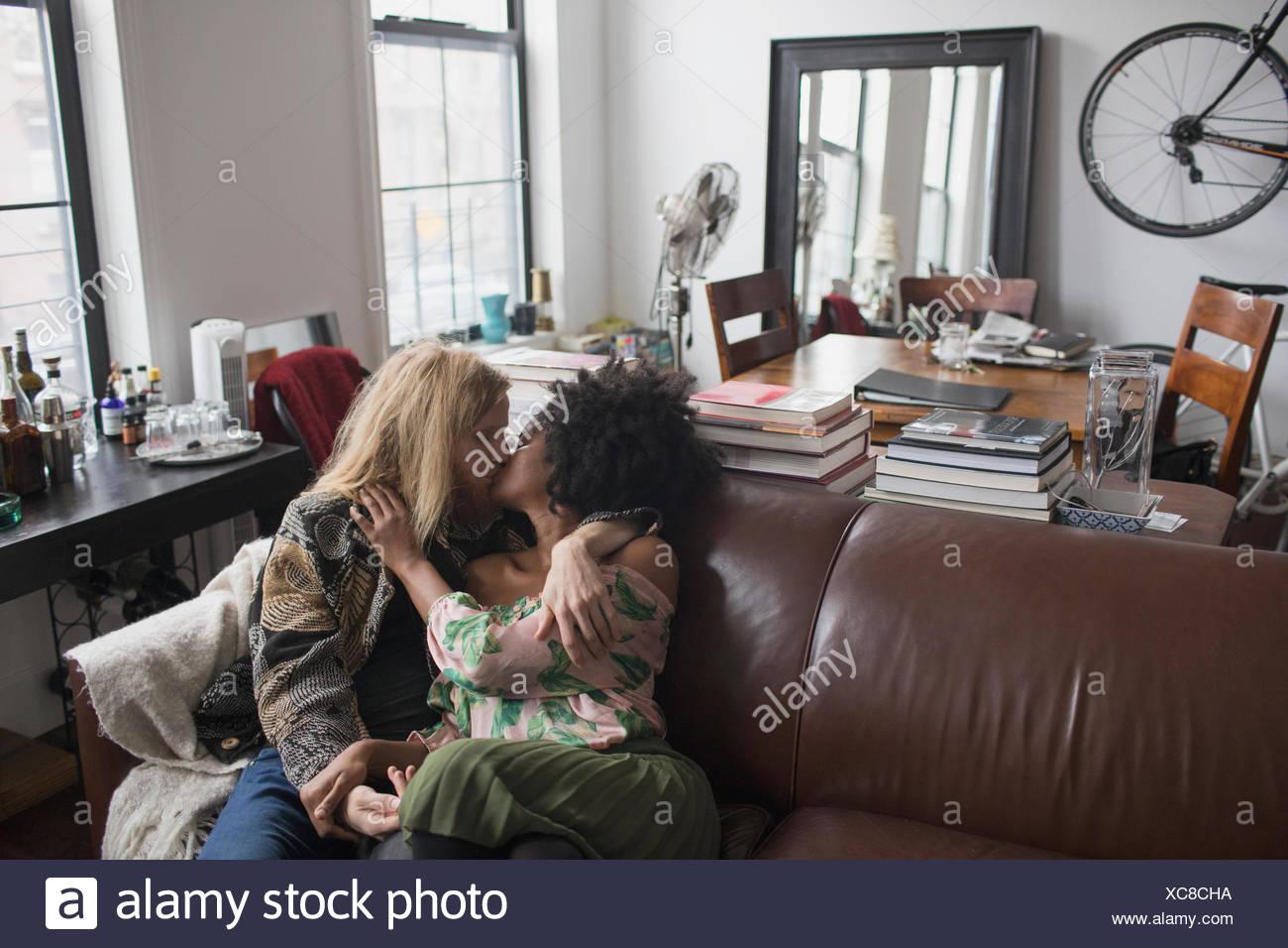 Foto Op Kussen : Ein junges paar küssen auf dem sofa stockfoto bild alamy