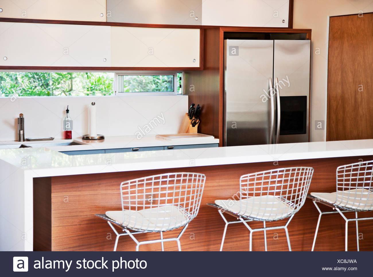 Hocker und Frühstücksbar in modernen Küche Stockfoto, Bild ...