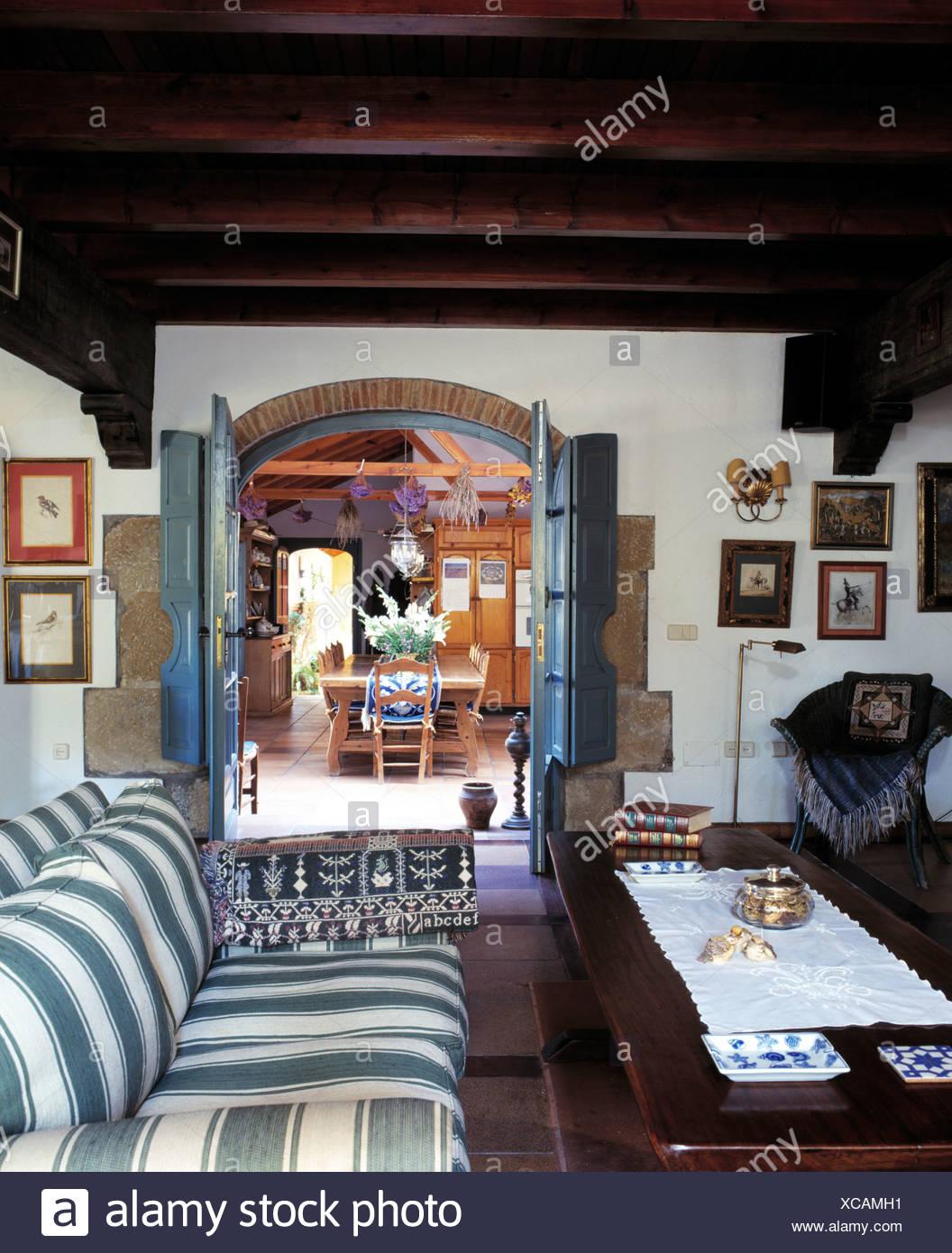 Grün + weiß gestreiften Sofa und Holz Couchtisch im spanischen ...