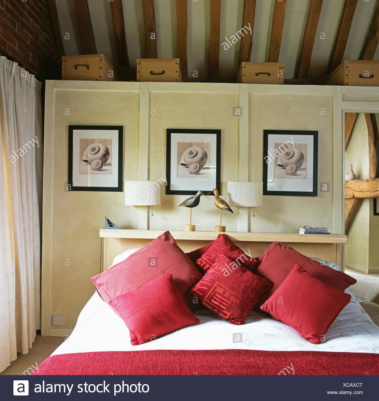 Rote Kissen auf Holzbett in Scheune Konvertierung Schlafzimmer mit ...