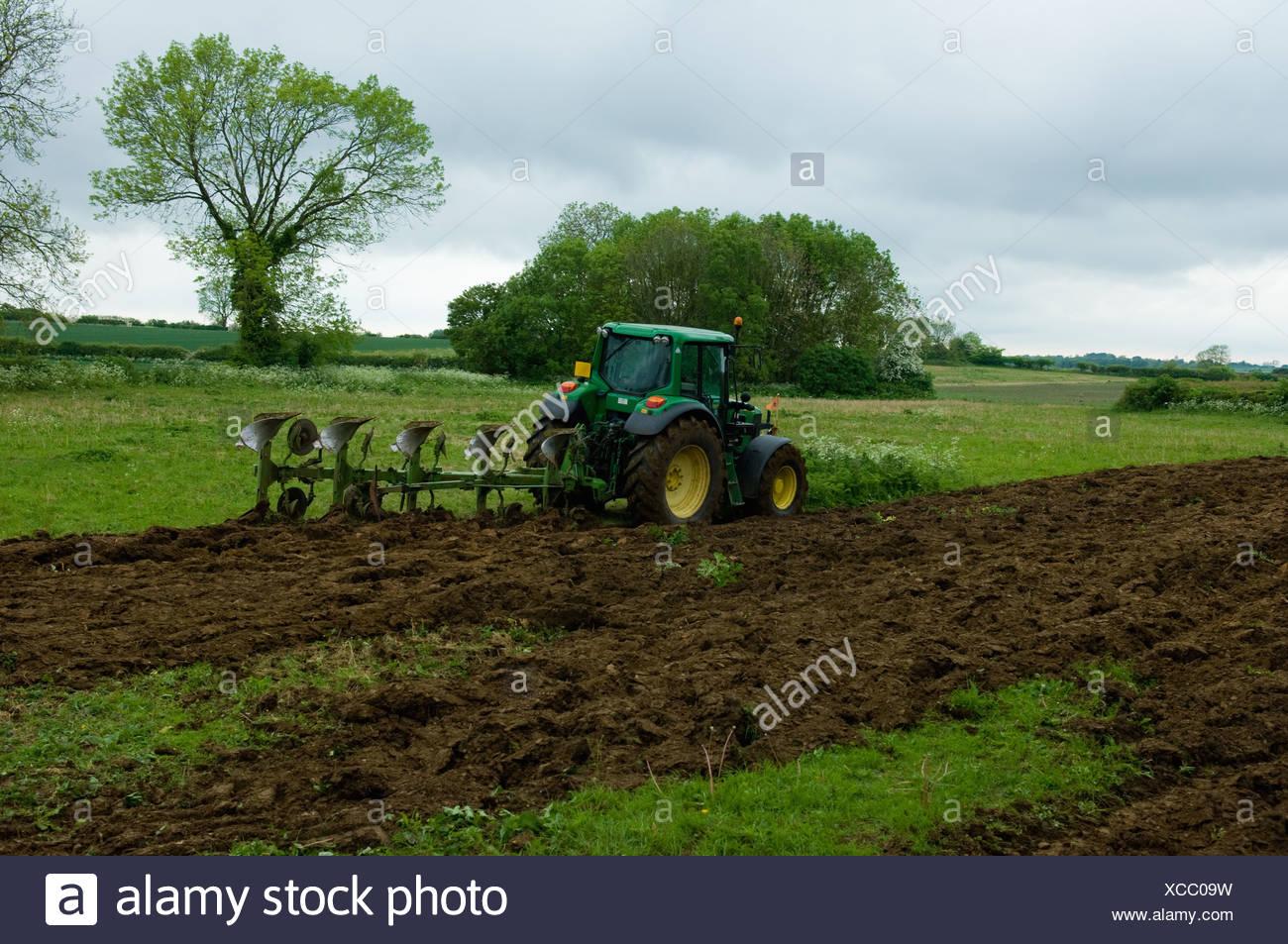 l7.alamy.com/comp/XCC09W/traktor-pflugen-feld-XCC0...