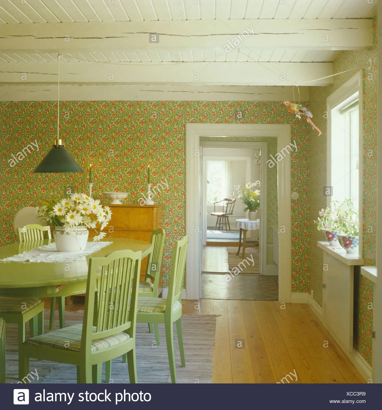 Malte Blass Grün Möbel Und Grüne Tapete Im Skandinavischen Land Speisesaal  Mit Polierten Holzboden