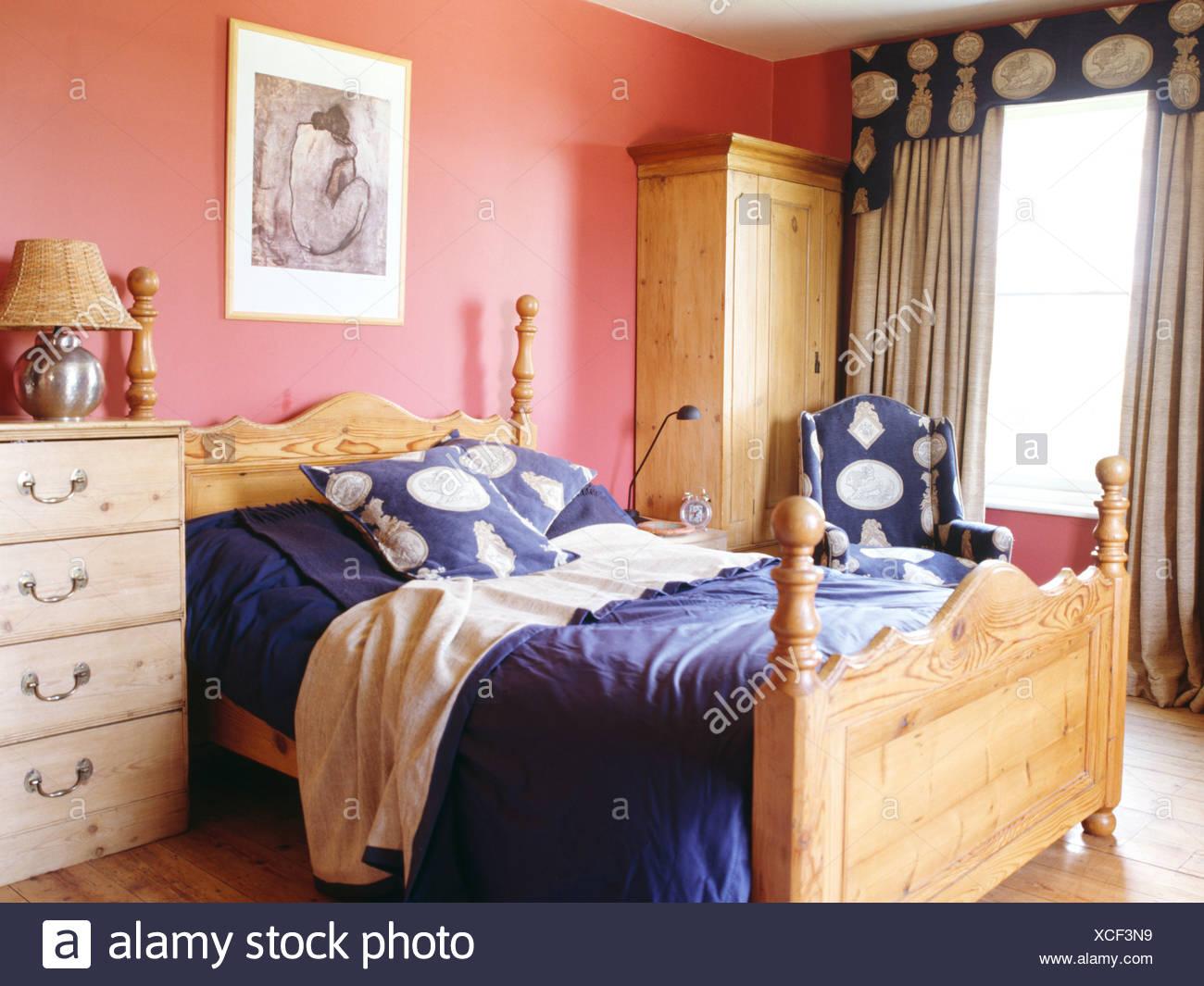 Charmant Kiefer Bett Mit Blauen Kissen Und Bettwäsche In Rosa Schlafzimmer Mit  Kiefer Kleiderschrank Und Creme Und Blau Vorhänge Am Fenster