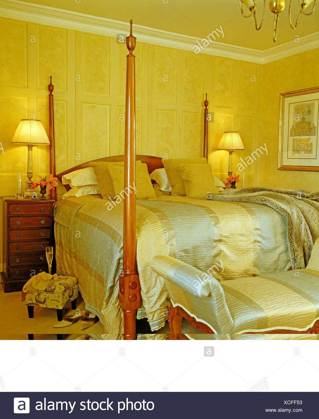Blass Blau + Creme Gestreiften Seide Gepolsterte Hocker Und Und Passende  Bettdecke Im Bett Im Schlafzimmer Gelb Land Mit Lampen Beleuchtet