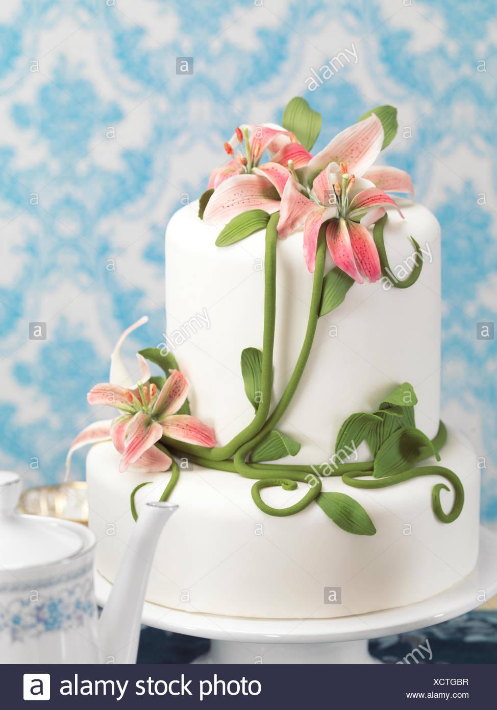 Torte Mit Lilien Verziert Stockfoto Bild 283281483 Alamy