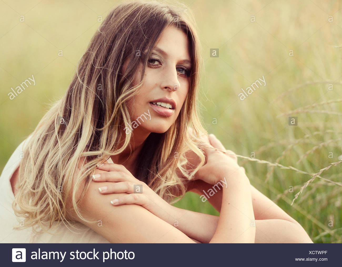 Junge Hübsche Frau Mit Langen Haaren Und Blauen Augen Sitzen Auf