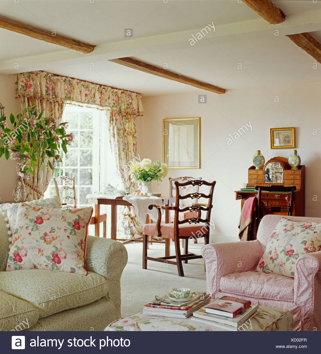 Rosa Blumen Kissen auf rosa Sessel und blass grün-Sofa im Ferienhaus ...