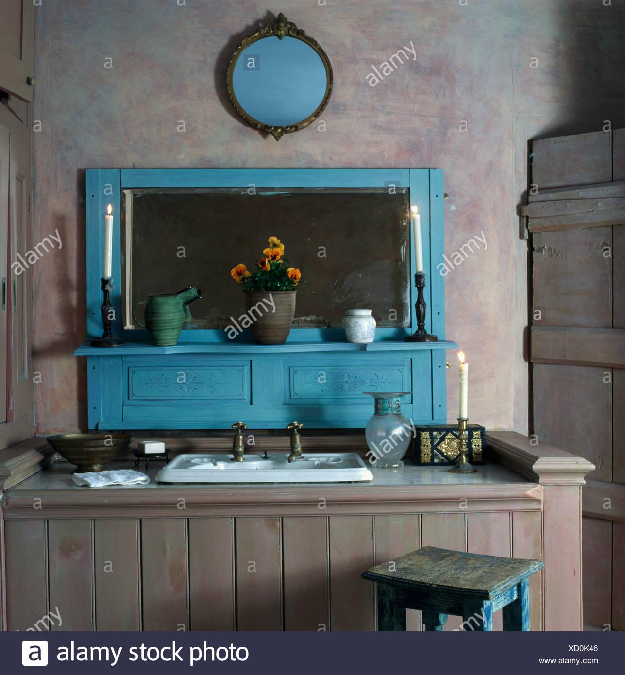 Becken In Grau Lime Gewaschen Getäfelten Waschtischunterbau In Blass Grau  Badezimmer Mit Türkis Gemalte Spiegel Und Kamin