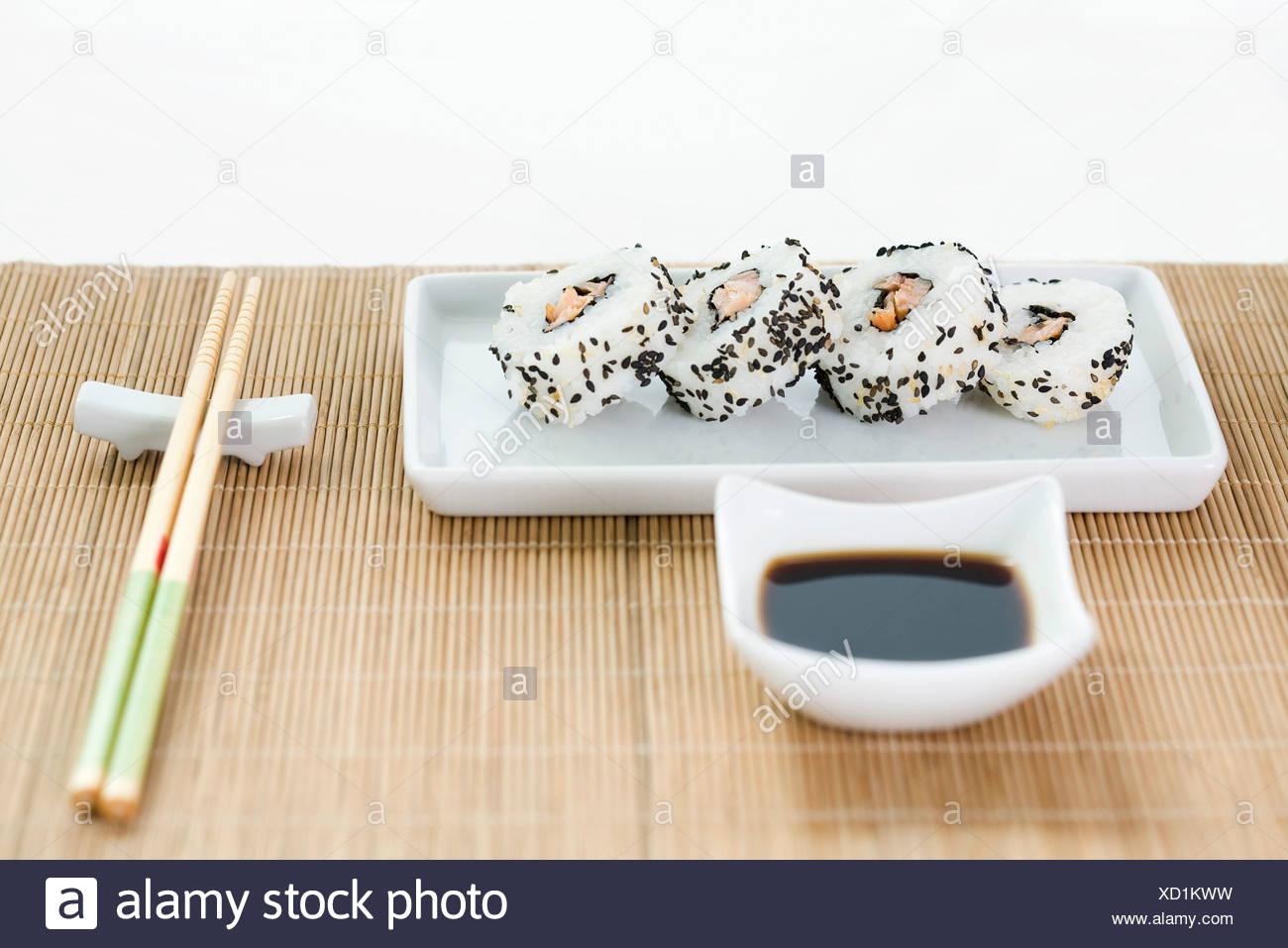 Maki Sushi Mit Sojasauce Und Stabchen Auf Bambus Tischset Angeordnet