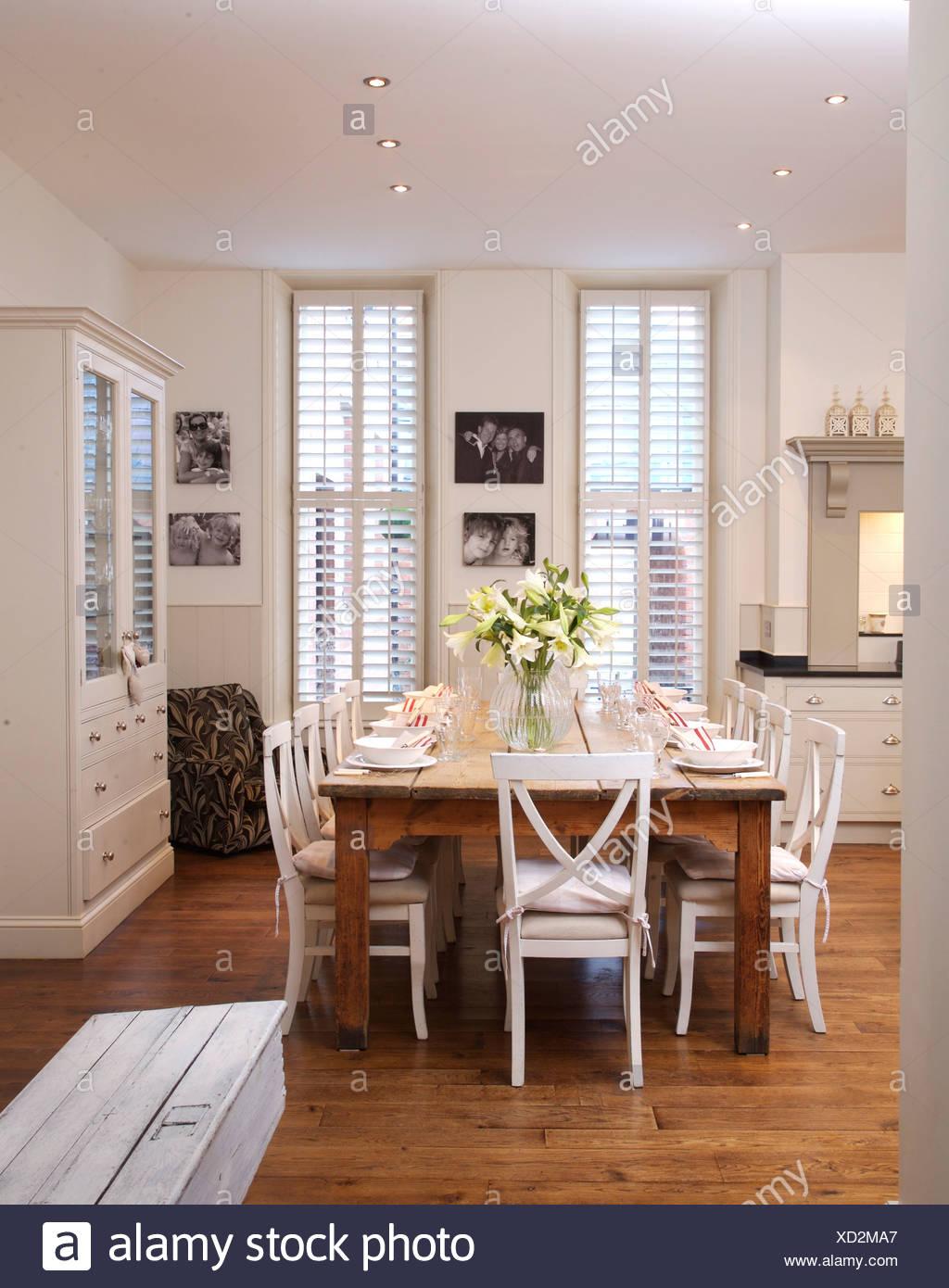 Weiße Stühle bei einfachen Holztisch in modernen weißen Küche ...