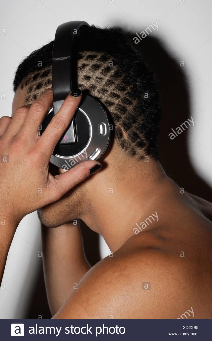 profil schuss des mannes mit rasierte gemusterten haar tragen kopfhrer - Muster In Haare Rasieren