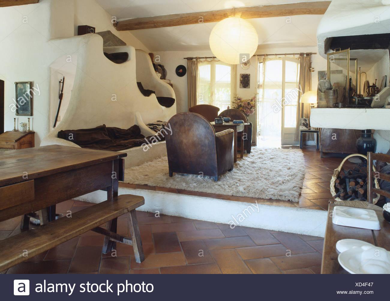 Große Papier Lampenschirm In Split Level Land Wohn  Und Esszimmer Mit  Holztisch Und Bänken Und Gebogene Schrankwand