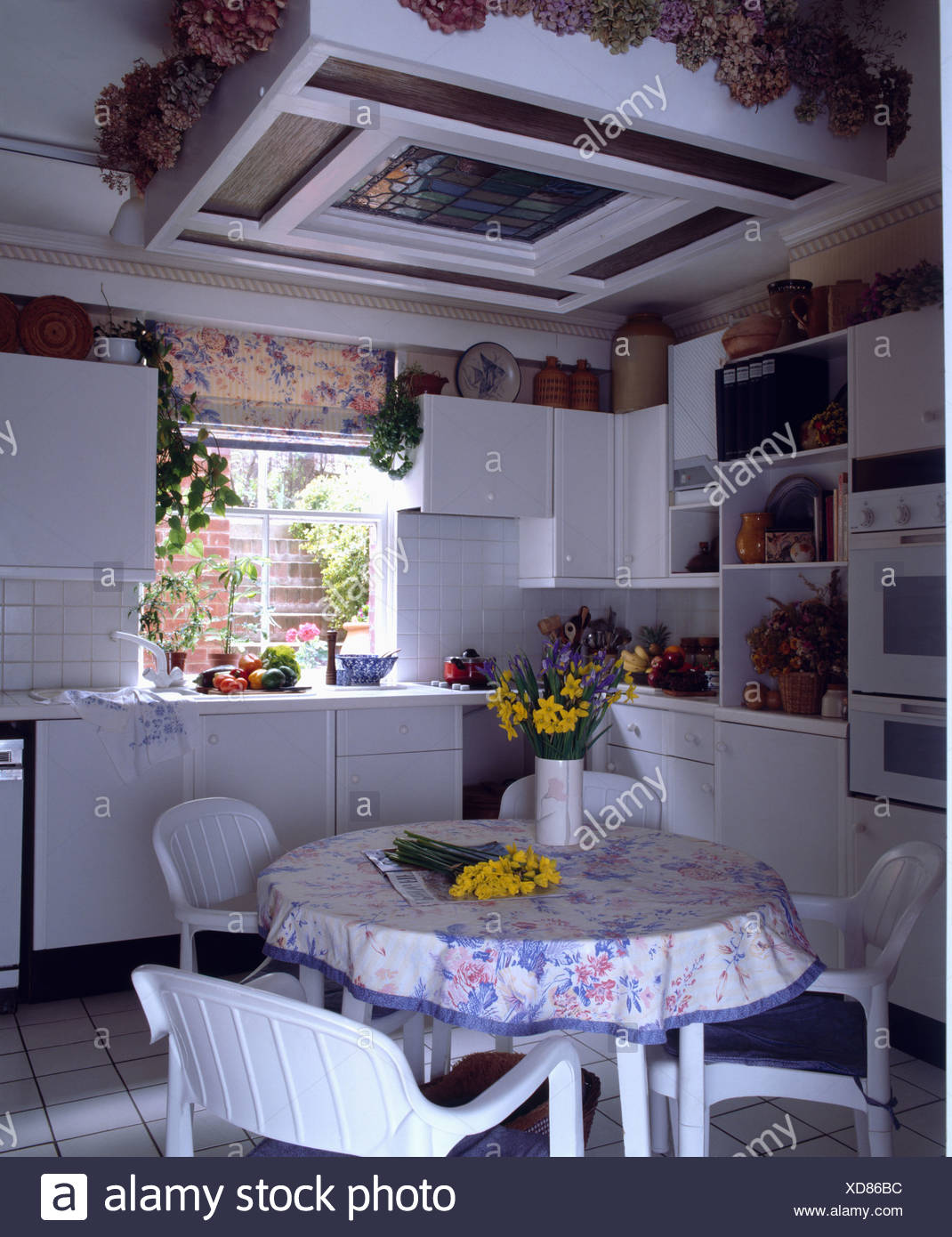 Weiße Stühle und Tischdecke auf dem Tisch in kleine Küche Stockfoto ...