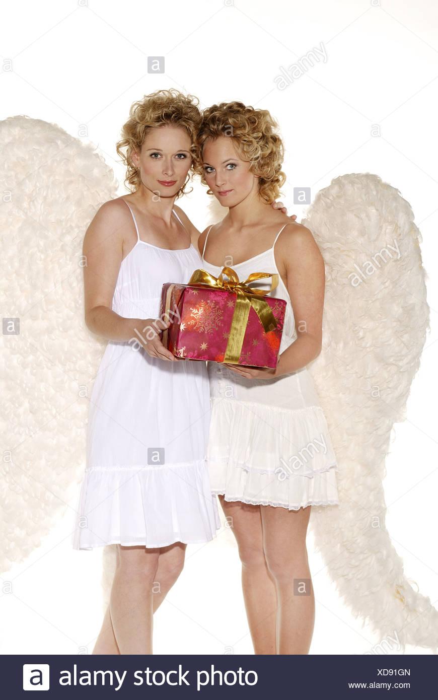 Frauen junge blonde Engelsflügel lächelnd Weihnachtsgeschenk holding ...