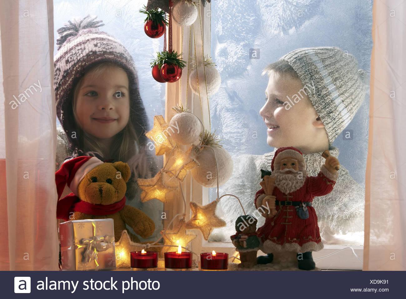 Winter-Geschwister Blick fröhlich Fenster Eisblumen ...