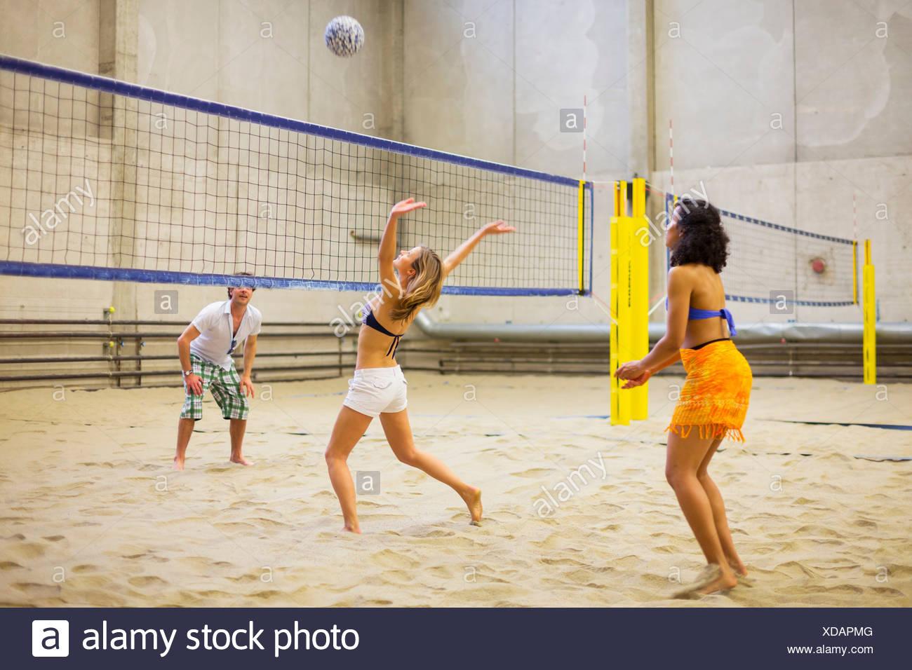 Freunde spielen indoor Beach-volleyball Stockfoto, Bild: 283593760 ...
