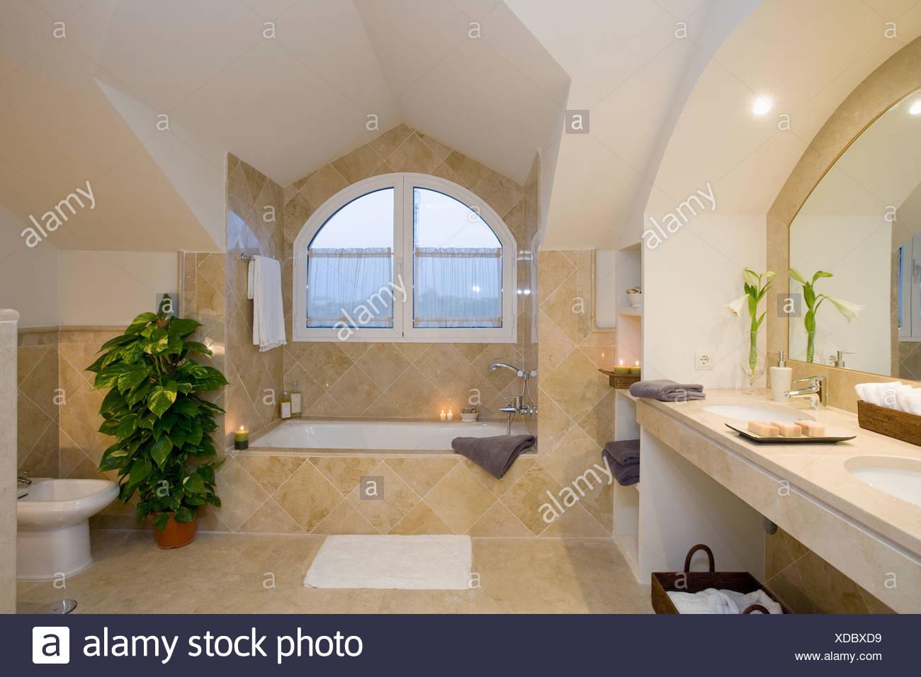 Verschiedene Badezimmer Badewanne Dekoration Von Unuual Gewölbt Dachgaube über Im Modernen Creme