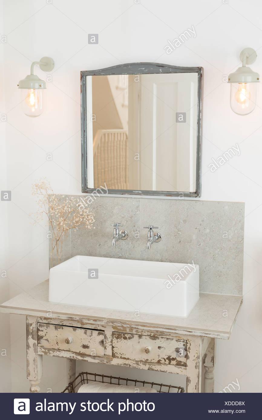 Lavabo y los cajones de los cuartos de baño de lujo Foto & Imagen De ...