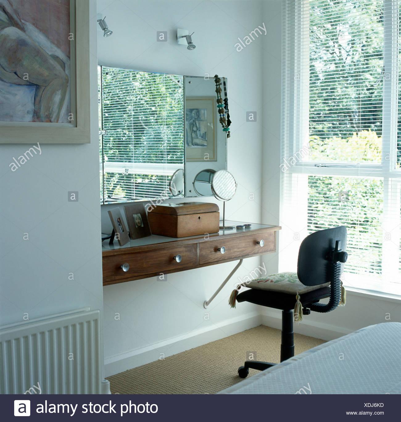 Bürostuhl auf einfache Schminktisch Regal unten Spiegel in modernen ...