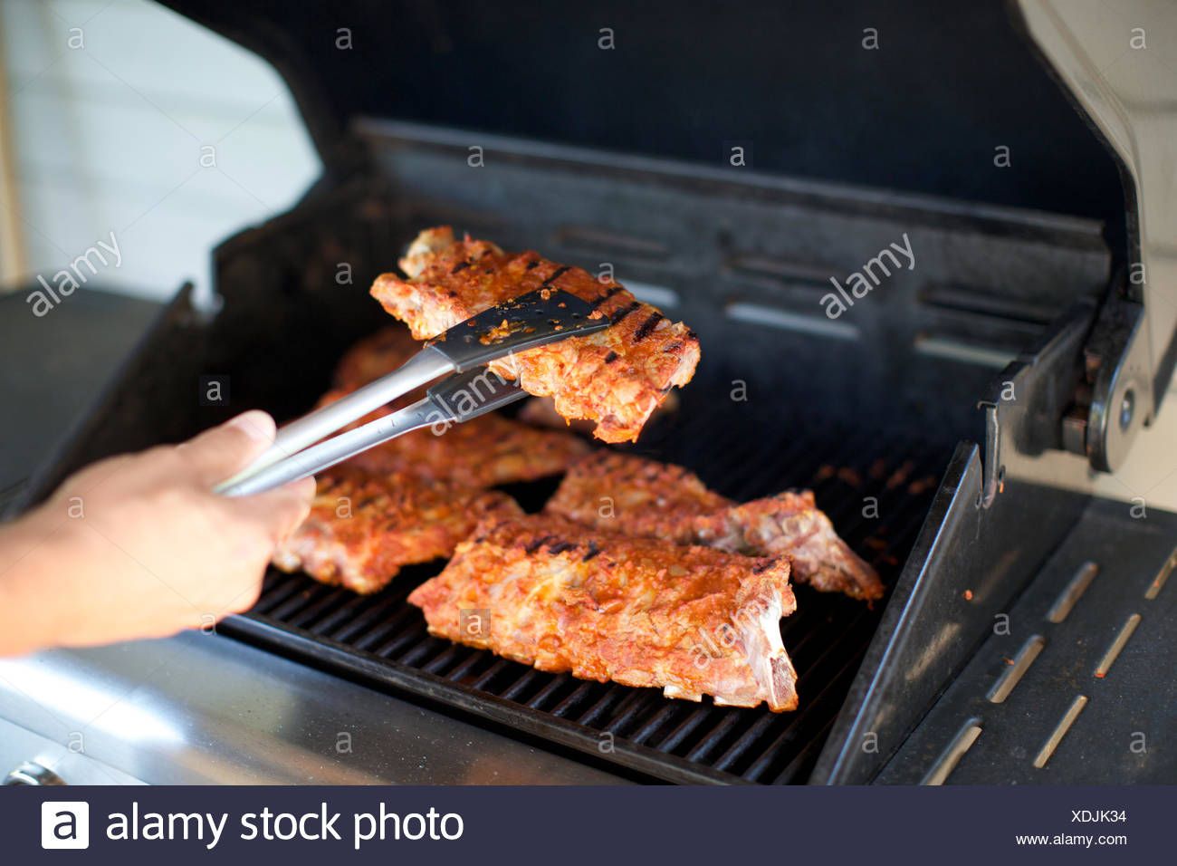Spareribs På Gasgrill : Spareribs auf grill kochen die hand. griff gegrilltes fleisch