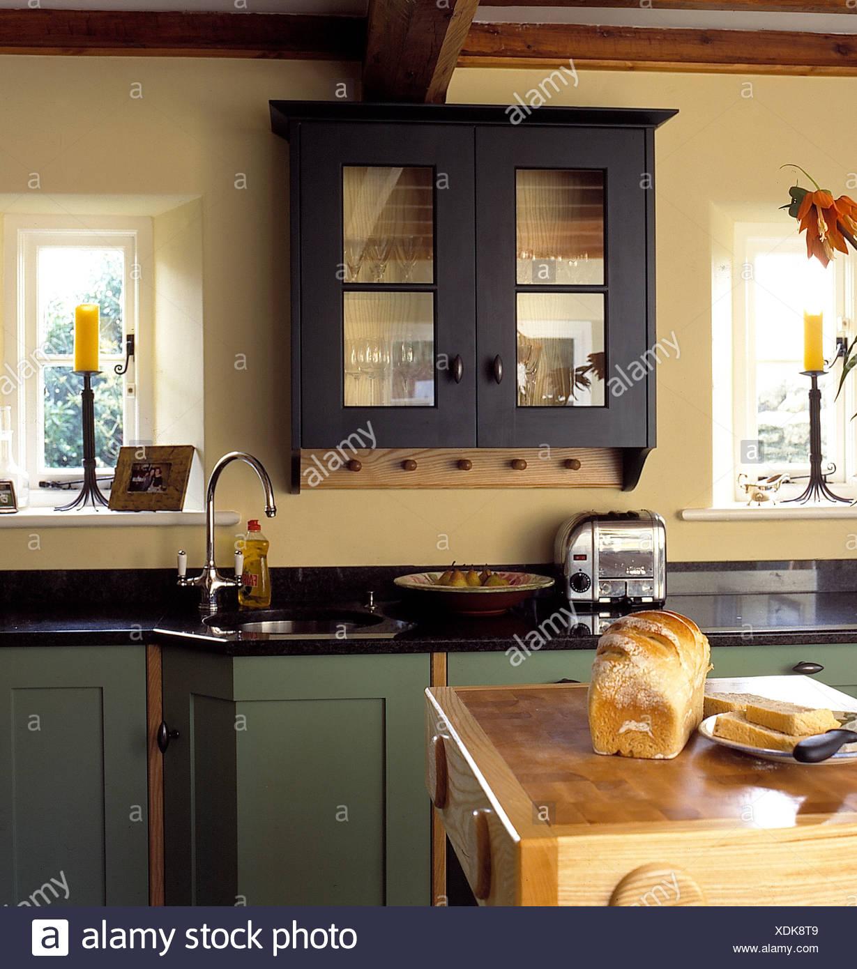 Glasfront Wandschrank über Dualit Toaster auf schwarzem Granit ...