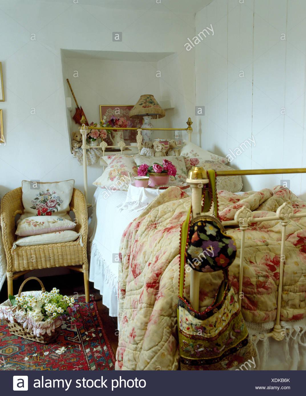 Altrosa gemustert Quilt und florale Kissen Schmiedeeisen Einzelbett ...