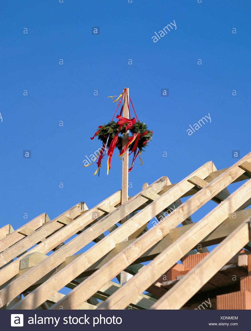 Haus Bau aus Holz Baugerüsten Richtkranz auf Dach Rahmen Rahmung Bau ...