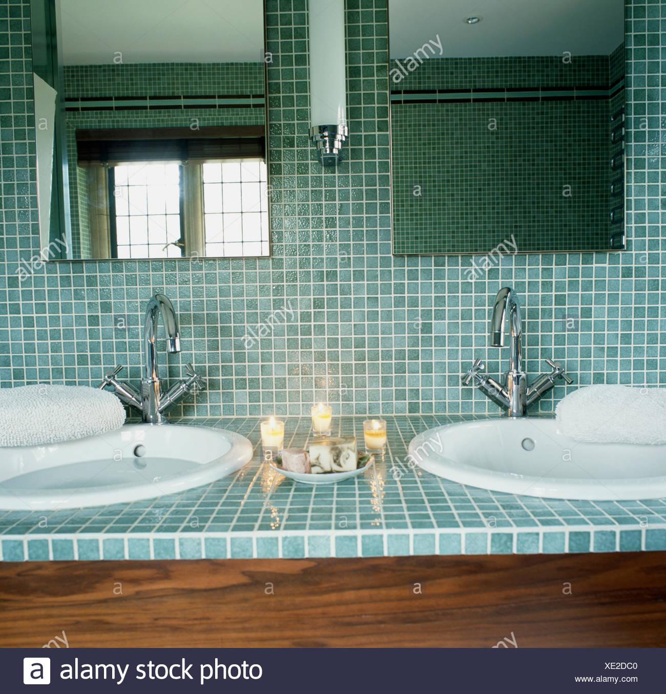 Attraktiv Nahaufnahme Von Spiegeln Und Türkis Mosaikfliesen über Kreisförmige Becken  Mit Chrom Armaturen Im Modernen Badezimmer