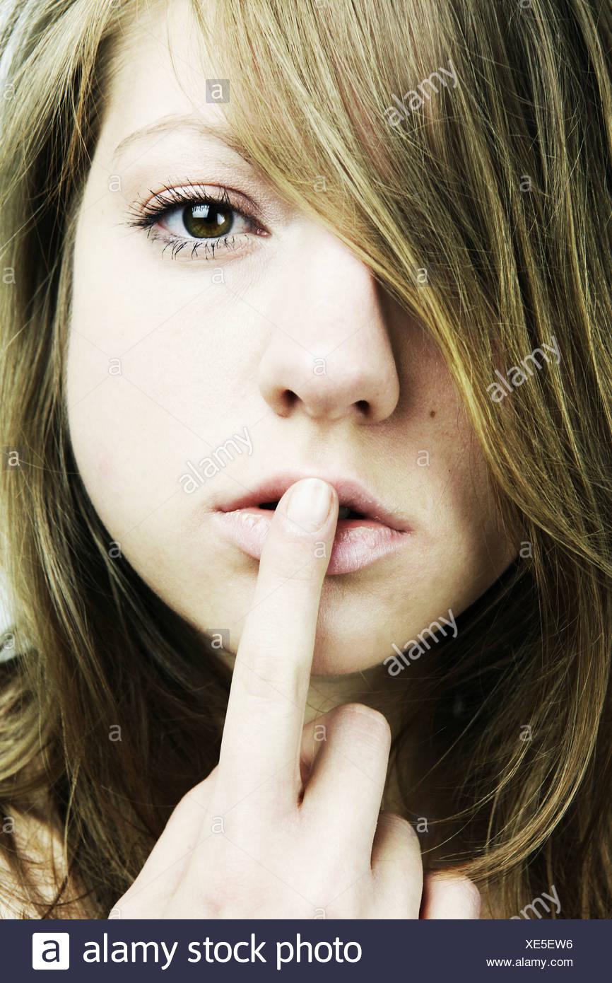 Porträt Einer Jungen Frau Mit Langen Haaren Finger Auf Den Mund