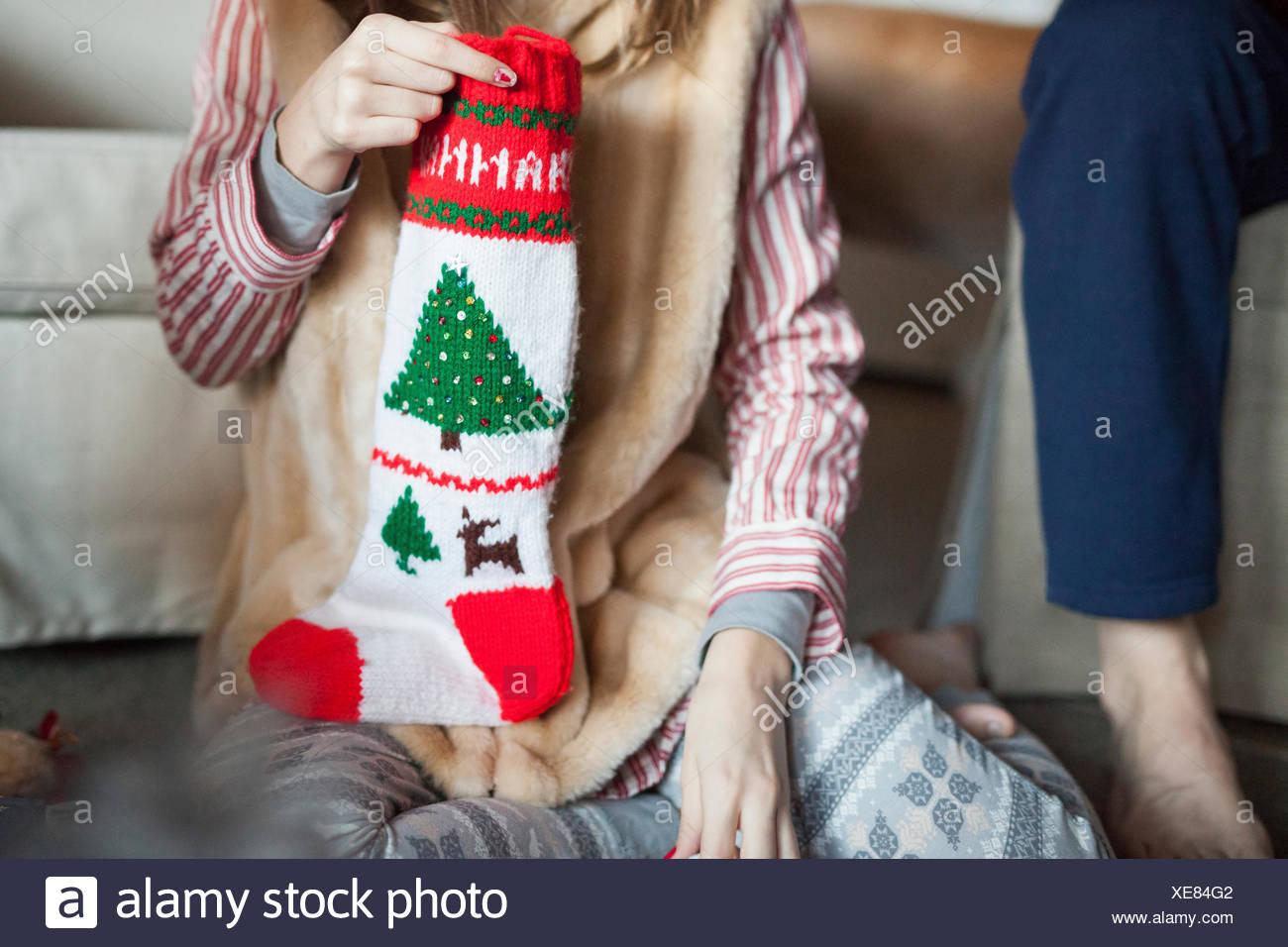 Zwei Personen Auspacken Weihnachtsstrumpf Geschenke am ...