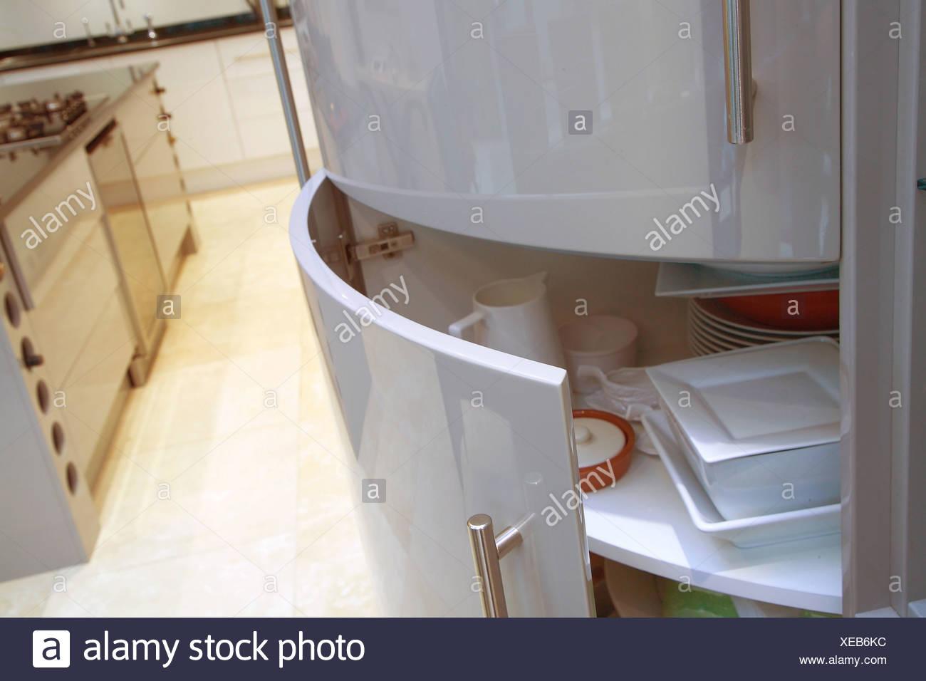 Nahaufnahme von gekrümmten Küche Schranktür offen zeigen, Geschirr ...