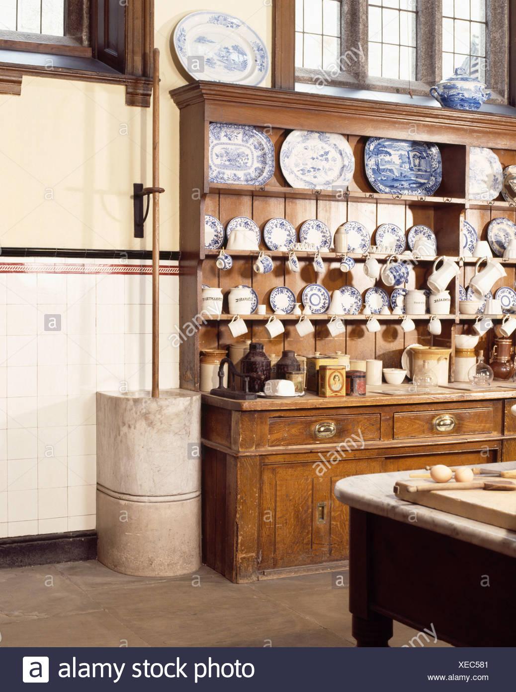 Antike Küche   Grosse Antike Kommode Mit Platten In Den Regalen Im Edwardian