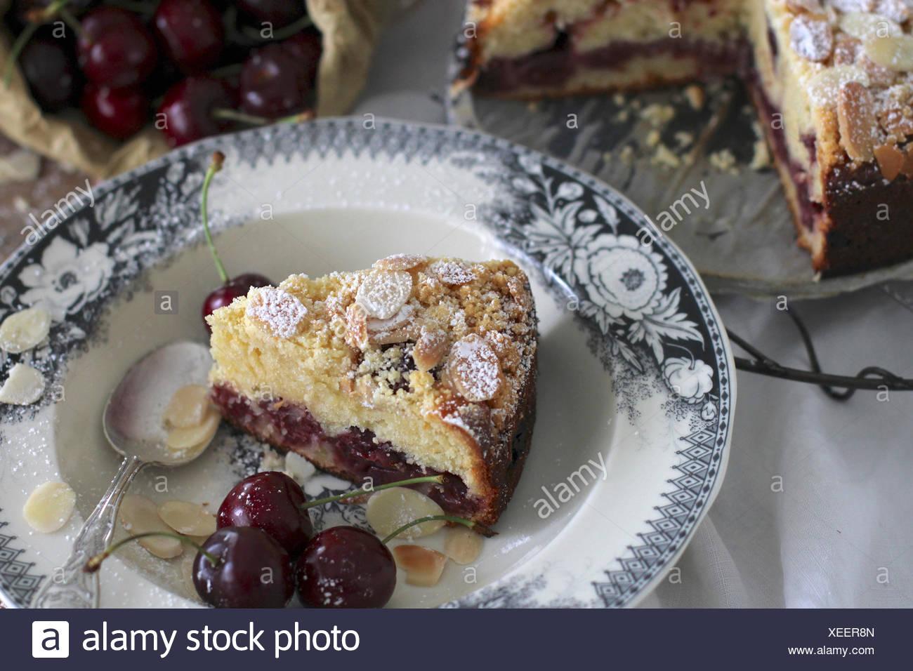 Kirsch Mandel Kuchen Mit Mandeln Und Frischen Kirschen Garniert