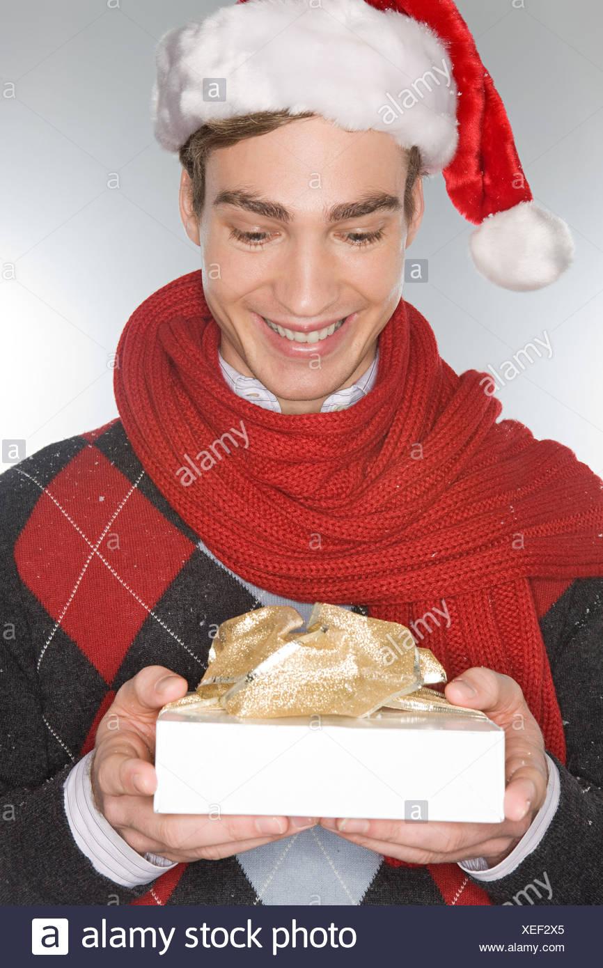 Junger Mann hält ein Weihnachtsgeschenk Stockfoto, Bild: 284302653 ...