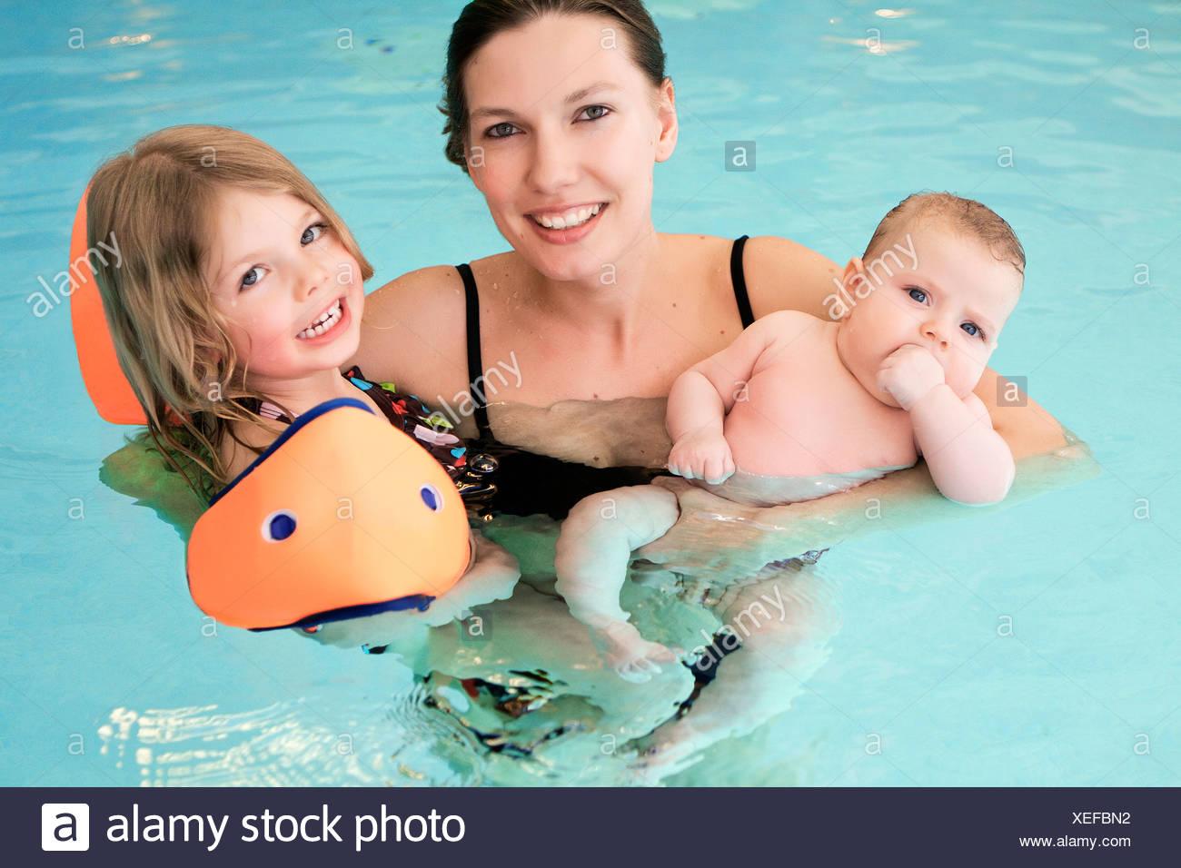 Frau, die Kinder im Schwimmbad Stockfoto, Bild: 284309566 - Alamy