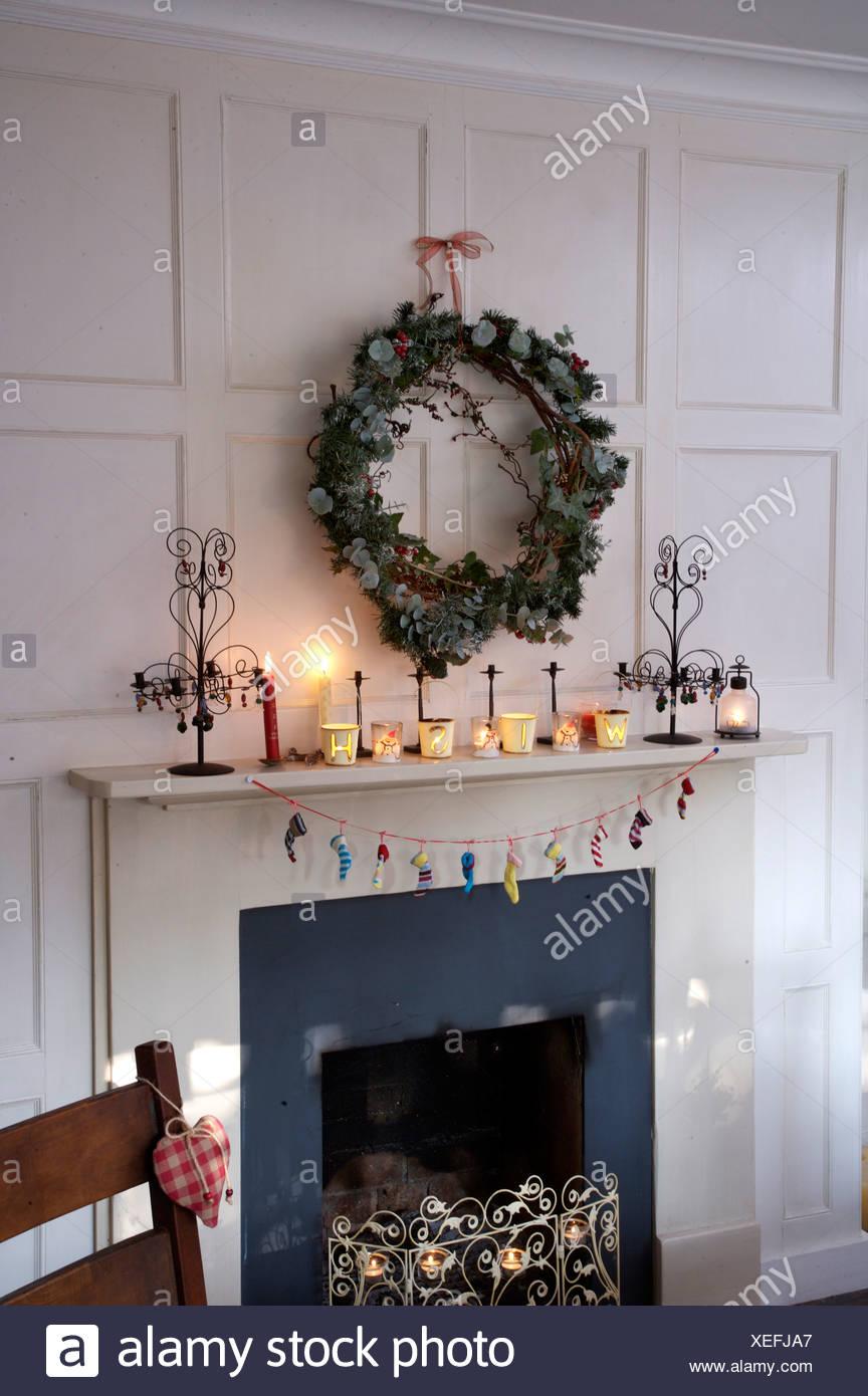 Efeu Und Koniferen Kranz über Dem Kamin Im Weißen Getäfelten Speisesaal Für  Weihnachten Dekoriert Mit Brennenden Kerzen Auf Kaminsims